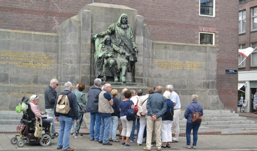 Bezoekers bij het beeld van de Gebroeders De Witt. (foto: Arco van der Lee)