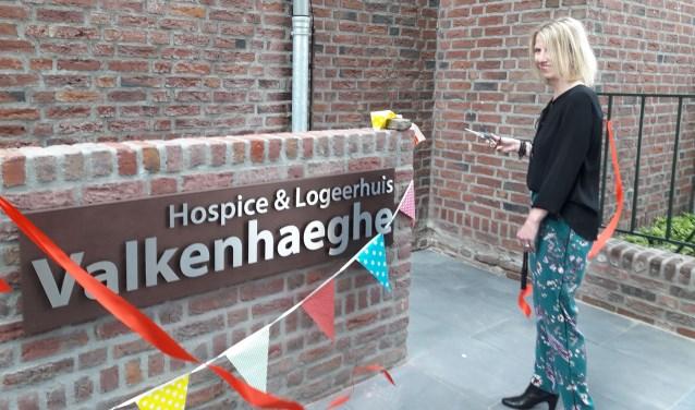Sylvia Verschaeren, vrijwilligster bij Valkenhaeghe. opende de hellingbaan. Foto: Wendy Hartjes.