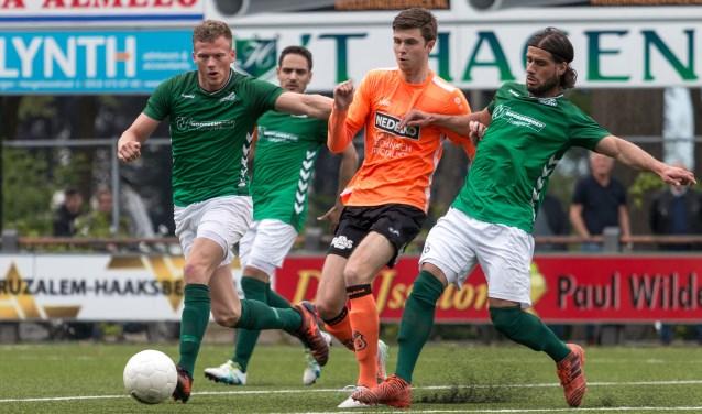 Job Derksen en Buarak Babuloglu dueleren met een speler van Jong FC Volendam. De Hollanders bleken veel te sterk voor HSC'21.