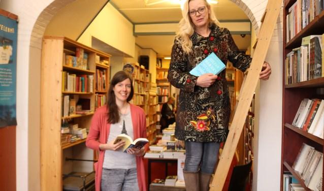 Marleen Struik (links) droeg Erna Wondergem (trap) voor de nominantie De Albert Hogeveen Bokaal op. (Foto: Arjen Dieperink)