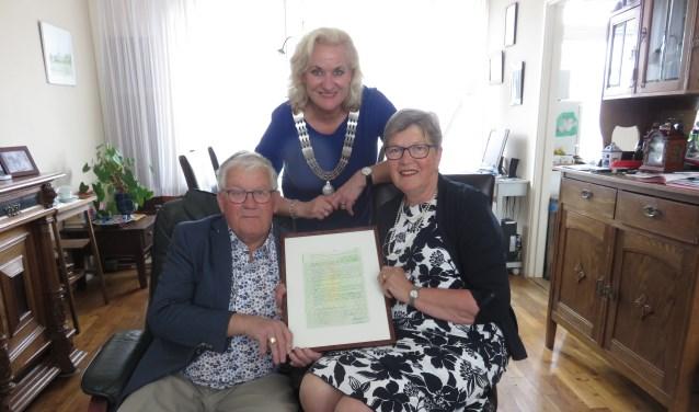 Loco-burgemeester Wil Kosterman met het jubilerende echtpaar. FOTO: John Beringen