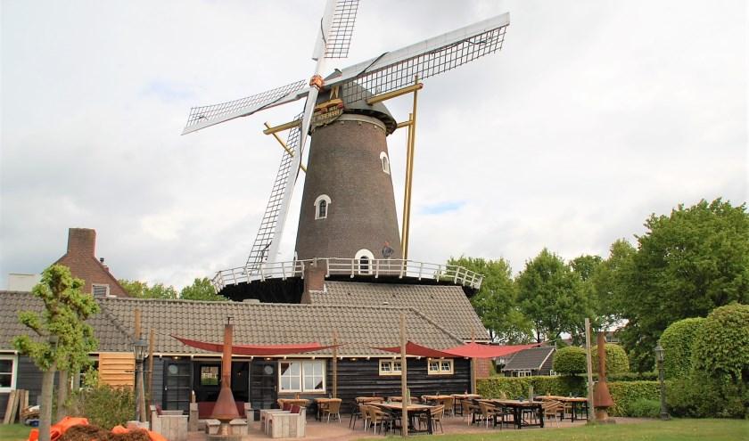 Mark Notten van Visit Wieke op de gaanderij van molen De Korenaar uit 1857, waar op 19 mei 'Meet me @ the Mill' plaatsvindt.