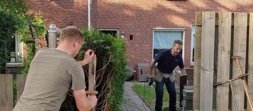 De vrijwilligers plaatsen een nieuwe poort Foto: Present Doetinchem © Persgroep