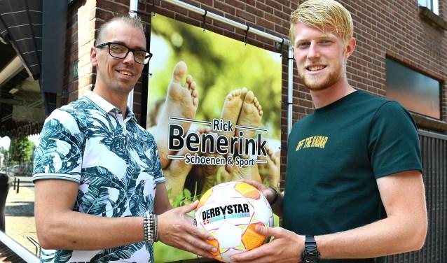 De winnaar van vorig jaar was Wout Blasman (rechts). Dit jaar kon hij de schoen niet verdedigen omdat hij buiten Oude IJsselstreek voetbalde, maar volgend jaar keert de spits terug bij Silvolde.