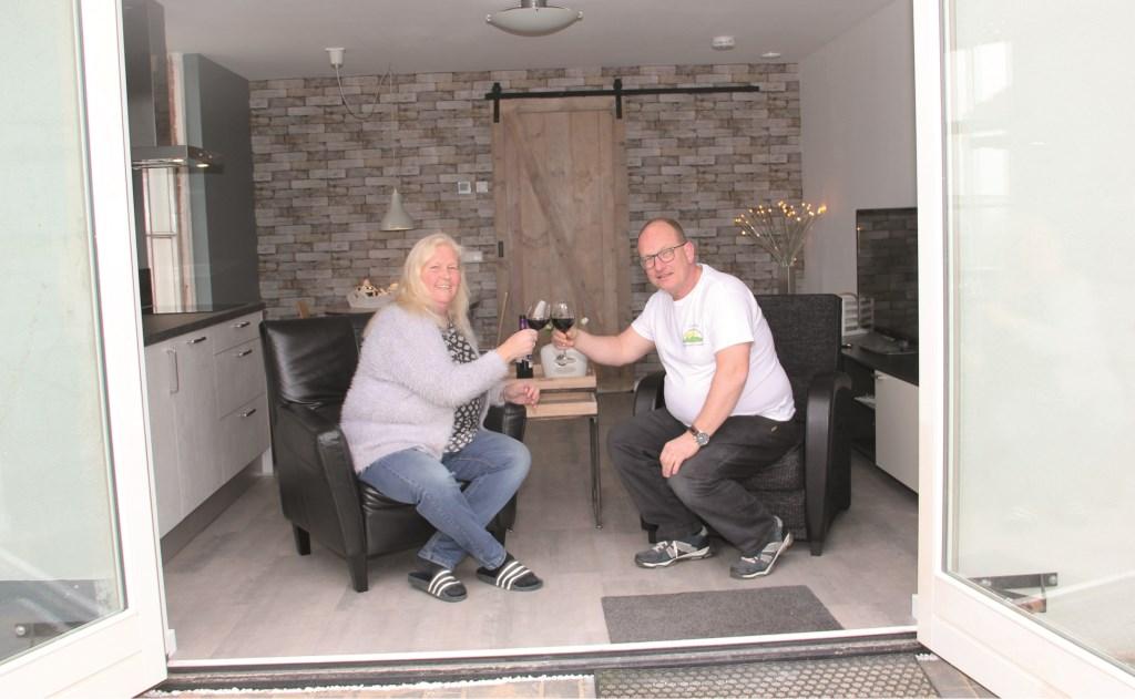 Francien Snoek en Marcel Lieve in hun nieuwe gastenverblijf 't Leuve.