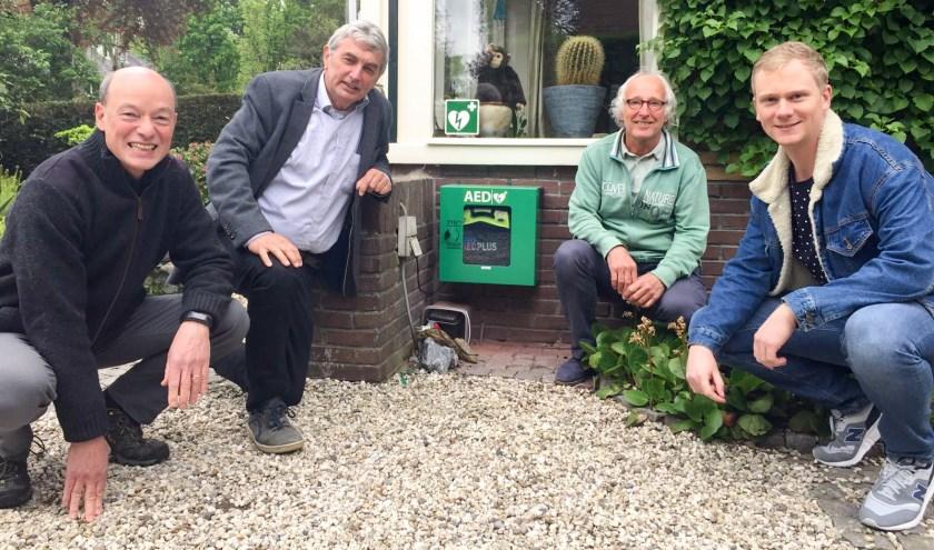 AED in de buitenkast. V.l.n.r. Albert Fischer, Cees Brinkhuis, Hans de Bree, Sander Postma
