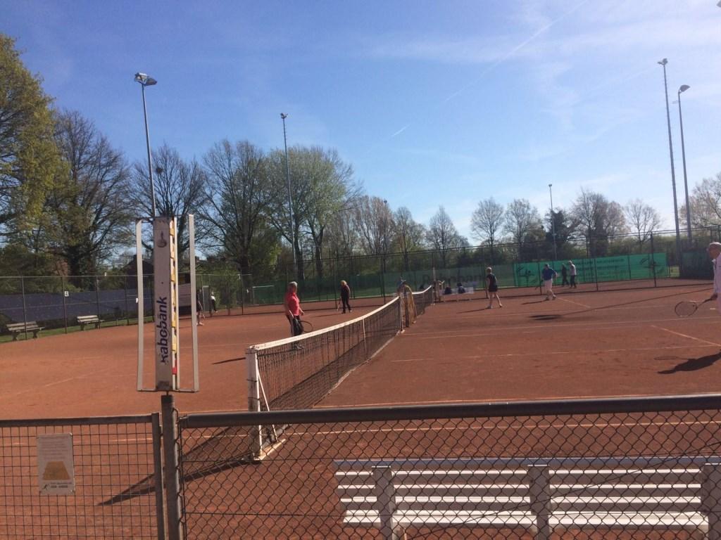 De tennisbanen liggen er elke dag prachtig bij. Zelfs in de winter kan er volop getennist worden, door de verwarmingselementen onder de banen.