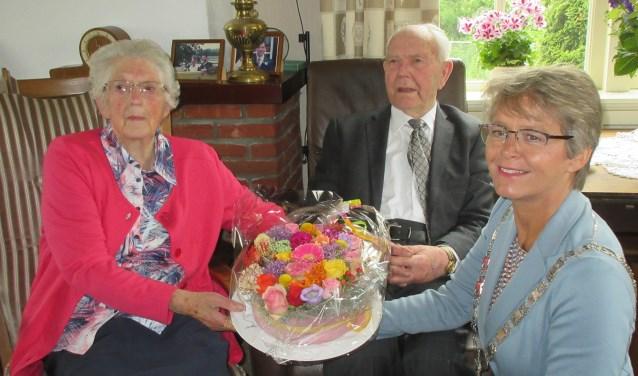 """Echtpaar Kool en burgemeester Van Mastrigt. Henk werd in de oorlog naar Duitsland gezonden. """"Toen hij na een vriendinnenbezoek op een hek zat te wachten werd het serieus.'' Tekst en foto: Ria van Vredendaal"""