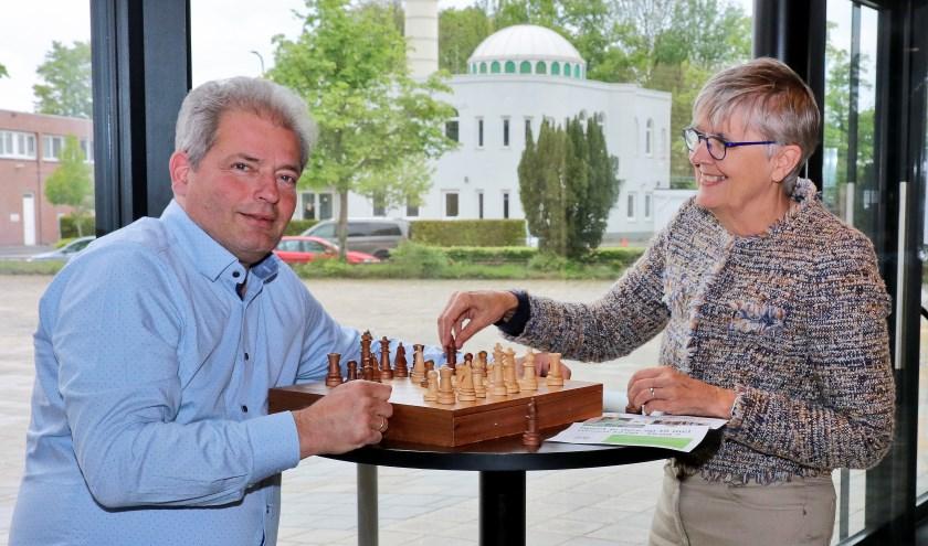 Peter Bos en Rikky Dekkers houden het bij een potje schaak. Maar aanstaande zondag is er in en rond het Kulturhus héél véél meer te doen voor de basisschooljeugd.