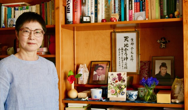 In de boekenkast heeft Yukari een klein altaar ingericht ter nagedachtenis aan haar zus en vader. Foto: Atelier Ambrosius.