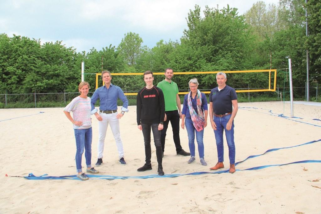 De initiatiefnemers op het beachvolleybalveld in Duiven (vlnr): Maartje van Spijker, Stephan Sluijmers, Quinten de Boef, Jeffry Klauwer, Yvonne Bos-Luttikholt en Leo van Kuppenveld.