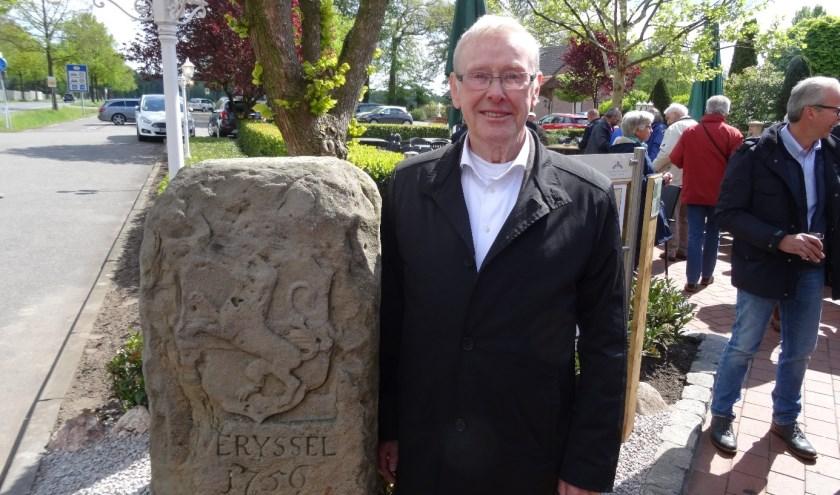 Ontdekker Hubert Feldhaus bij de teruggeplaatste grensmarkering. De steen was decennialang spoorloos, maar dook onlangs op in een tuin.