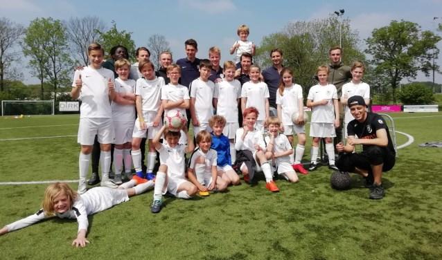 Nasser el Jackson Groundmoves (rechtsonder) toonde de jeugd bij FC Driebergen wat je allemaal met een bal kan doen. FOTO: Marcel Bos