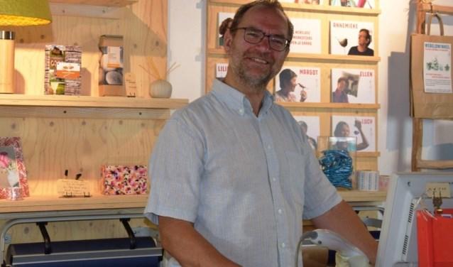 René Wenting van de Wereldwinkel vraagt zijn klanten welk goed doel hij moet steunen.