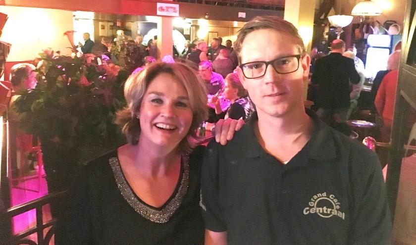 Getty Schepers, matchmaker van DatingOost, en Niek ter Braack, bartender van Grand Café Centraal.