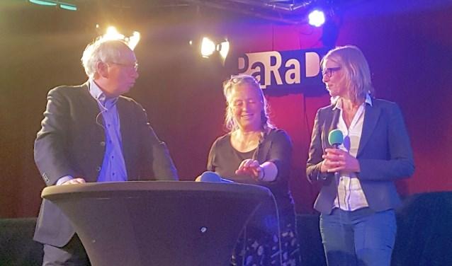 Frans Post in gesprek met Lucy Bathgate en Esther Kruit over het Spoorpark, dat binnenkort de poorten opent (foto: Jasper Schoonhoven)