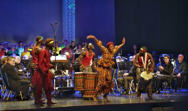 Met een indrukwekkende theatershow vol Afrikaanse muziek, zang en dans nam muziekvereniging Sint Radboud zaterdagavond afscheid van dirigent Martijn Krijnen. FOTO: Marjan Tenk