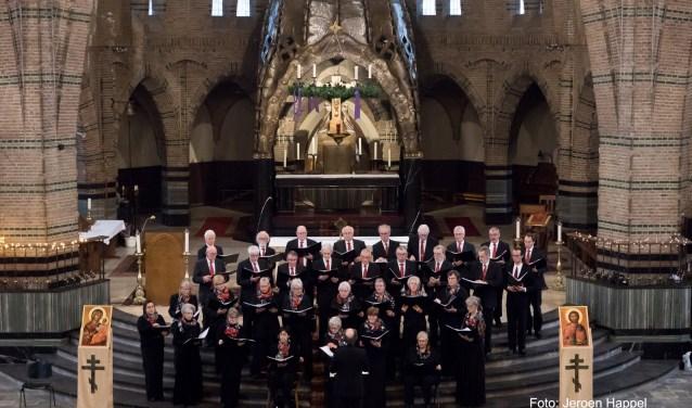 Het koor mag dan 75 jaar oud zijn, het Tilburgs Byzantijns Koor blijft op zoek naar nieuwe wegen om de Slavisch Byzantijnse muziek uit te dragen, vertelt voorzitter John de Bruijn. Foto: Jeroen Happel