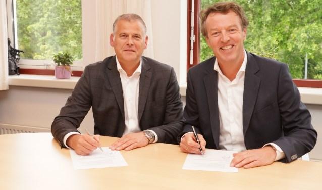 Gert-Jan Gerrits (bedrijfsdirecteur Inclusief Gresbo) en Ronald Buisman (manager facilitair St Jansdal) zijn blij met de verlenging van de samenwerking. (Foto: Gresbo)