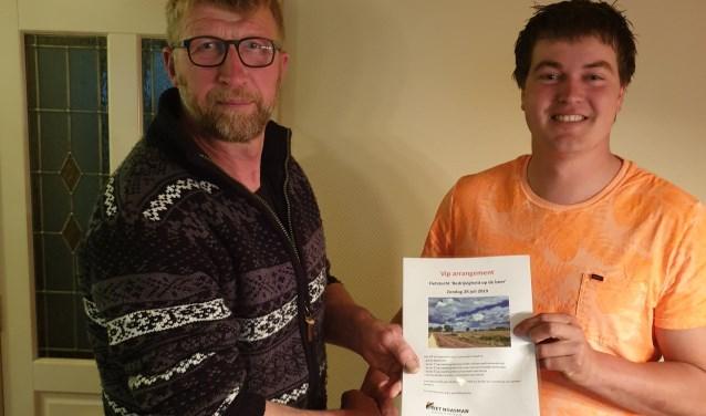 Mark Nahuis (rechts) biedt de attenties aan aan Andre te Fruchte van LTO Noord.