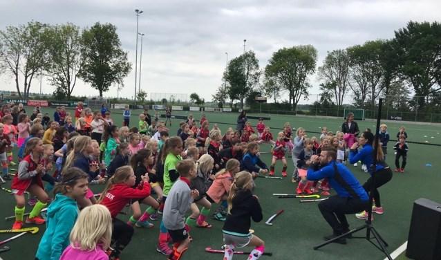 De warming up werd gezamenlijk gedaan. Tekst: Danny van der Linden, foto: LMHC Loenen