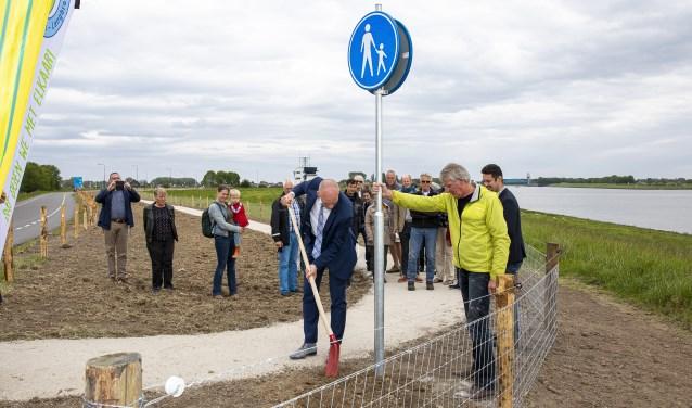 Wethouder Hans Marchal en initiatiefnemer Egbert Meindertsma openden officieel het nieuwe 300 meter lange voetpad langs de Lekdijk Oost. FOTO: Christi Wijnen
