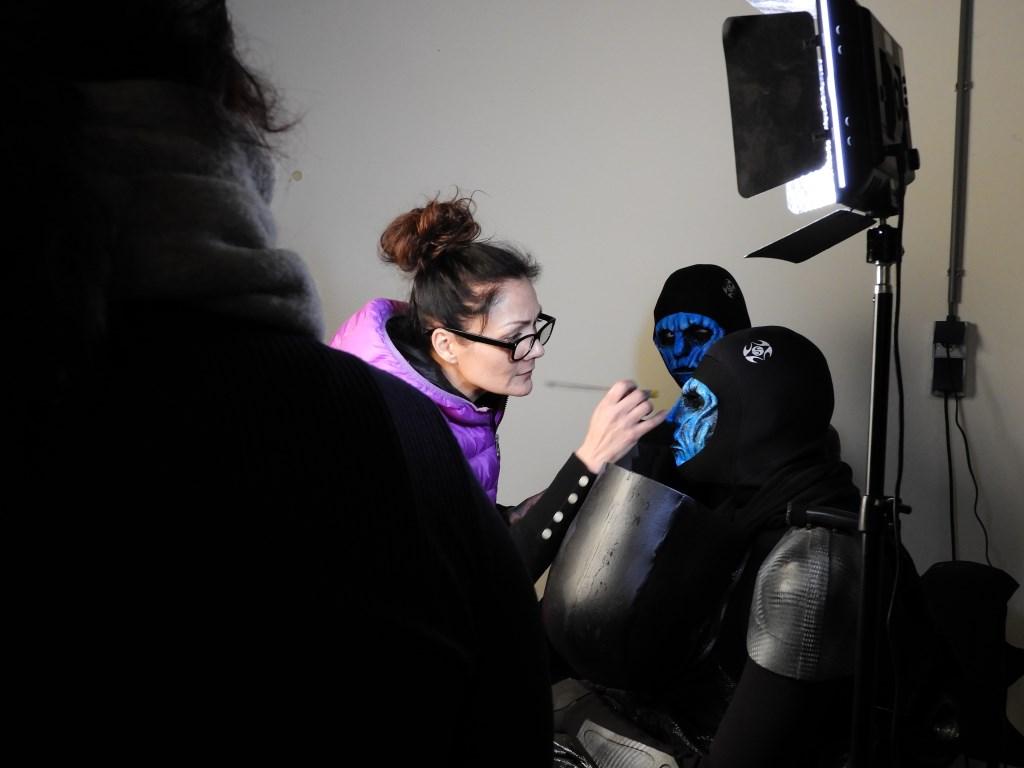 Noa werkt de make-up van één van de acteurs af. Zij kijkt met plezier terug op de film en het maken ervan. Foto: Marianne Schoonderbeek.  © Persgroep