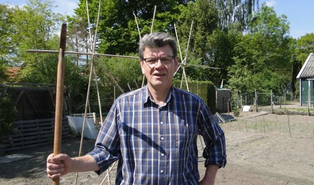 Henri Teerink is in zijn element in zijn volkstuin op het complex De Berkelhoek in Lochem.