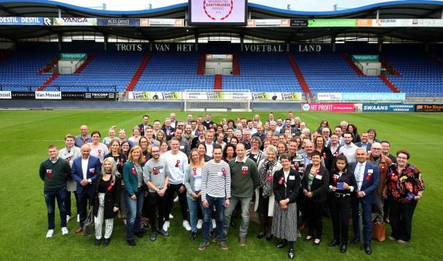 De eerste 90 ambassadeurs van de Brabantse gastvrijheid zijn op de middenstip van het Willlem II-stadion op ludieke wijze beëdigd én dingen ook mee naar de Brabantse Gastvrijheid Award 2019. FOTO: VISITBRABANT