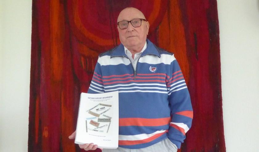 Wim van Zanten met zijn boek 'Gesneuvelde Waarheid'. Hij heeft een bijzondere connectie met de Slag om Arnhem. (foto: Marnix ten Brinke)