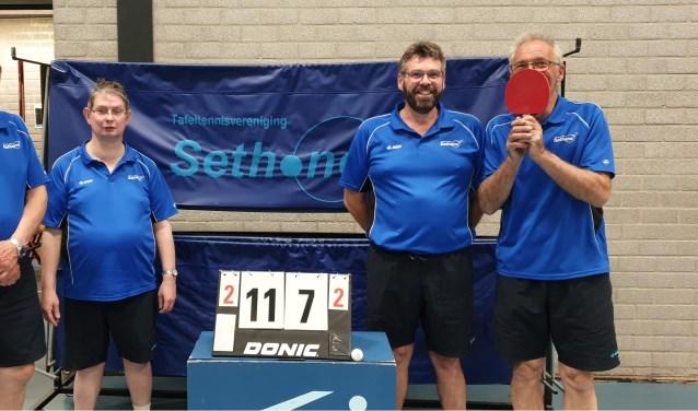 De mannen genieten na van het kampioenschap: Richard Wierbos, Henk van Holland, Frits Gillissen en Gert den Tuinder