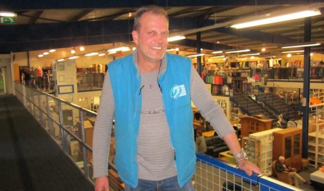 Robert Ouwens overziet vanaf de balustrade de Kringloopwinkel.  Met de nieuwe opzet verwacht hij 30 procentmeer verkoopbare spullen uit het aanbod te halen dan voorheen. Dat betekent minder afval.