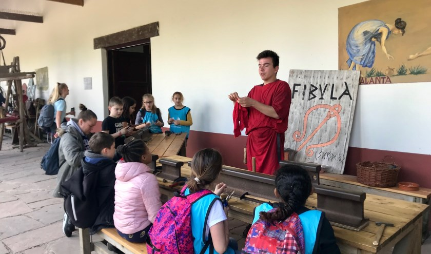 Kinderen leren hun eigen fibula te maken.