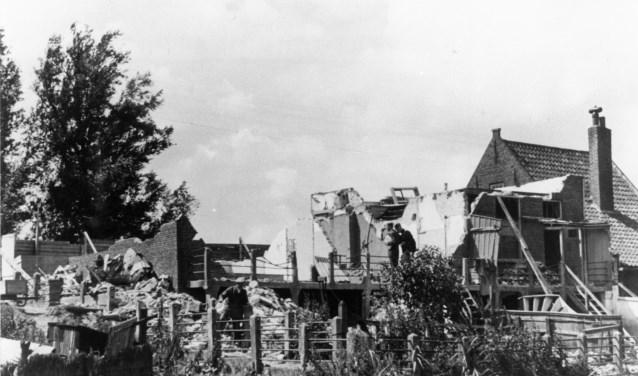 Van het huis van de familie Verschoor was na het bombardement nog maar weinig van over. (FOTO: collectie Kees Popijus)