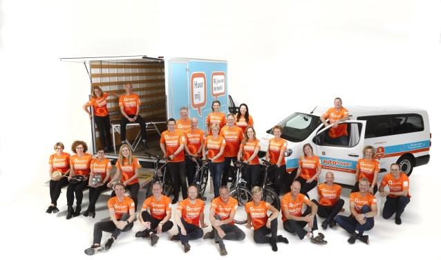 Het team van de Almeloopers in hun nieuwe tenue, klaar om aan de 11e editie van de Roparun te beginnen (Foto: studio Smit)