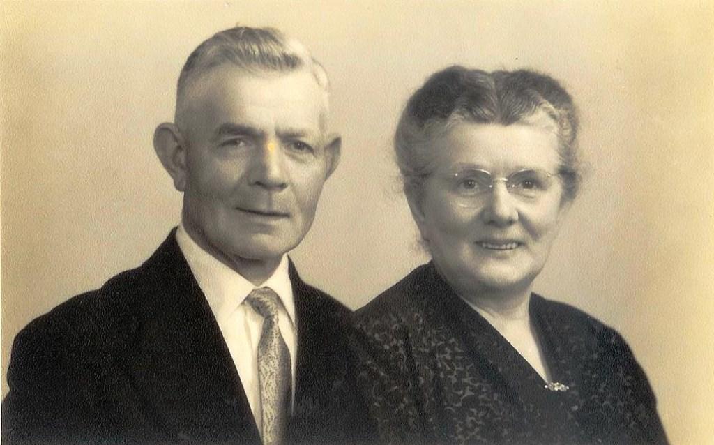Hannes en tante Ditje Bok uit Poederoijen zorgden voor Frieda tijdens de oorlog. Frieda is in 1985 nog bij de uitvaart van Ditje geweest.  © Persgroep