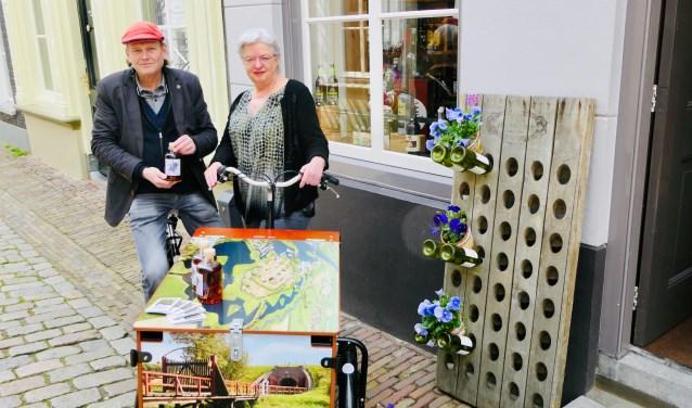 Henri en Annelies van Helvoirt presenteren aanstaande zaterdag de Zuiderwaterlinie likeur 'Het elfde genot' in De Waterdrager aan de Engstraat 12 in Heusden.