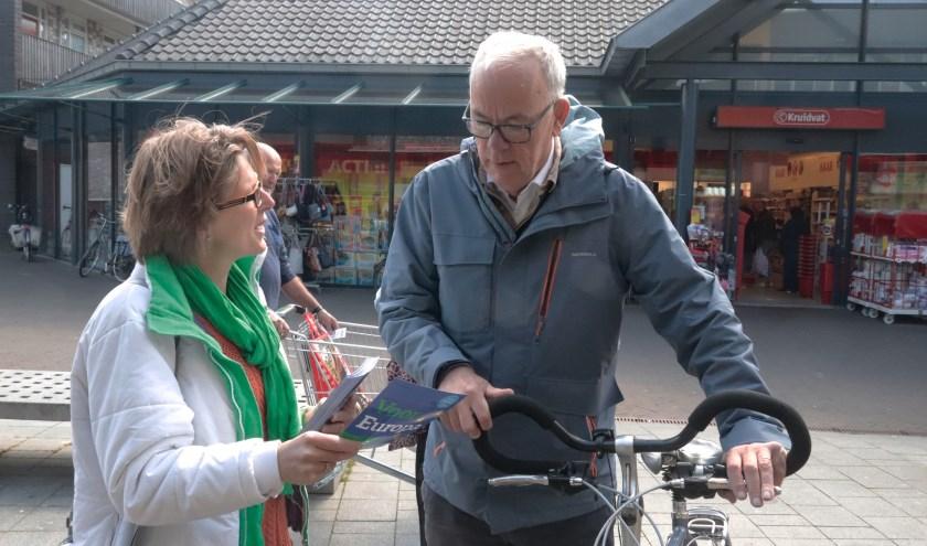 Enige Culemborgse kandidaat voor EU start flyeractie op Koopmansgildeplein te Culemborg.
