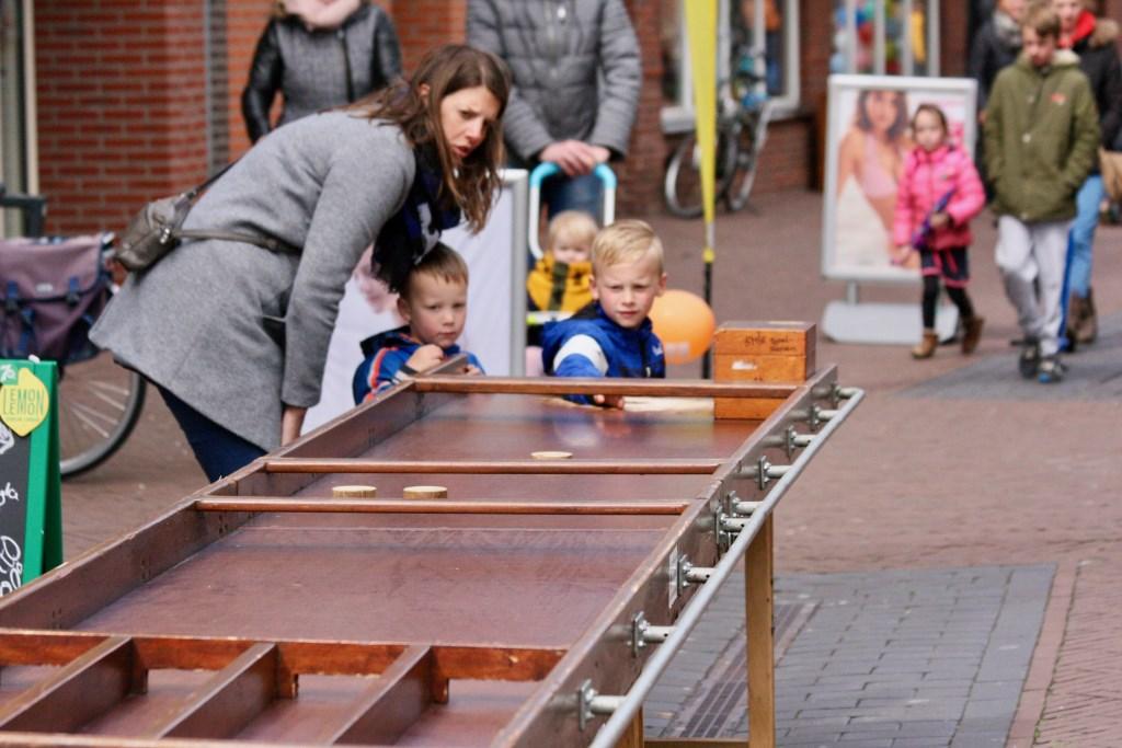 Mega-sjoelen op Kidsdag in centrum Lichtenvoorde. Foto: Eveline Zuurbier  © Persgroep