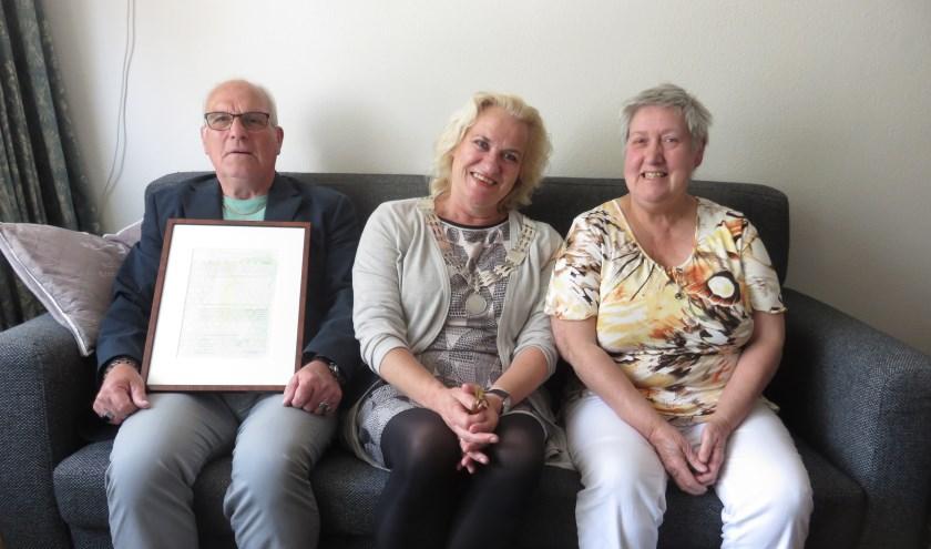 Loco-burgemeester Wil Kosterman kwam langs om het jubilerende echtpaar namens de gemeente te feliciteren. Tekst en foto John Beringen