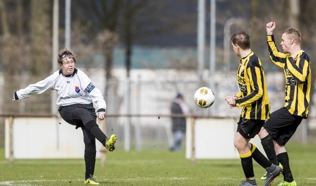 Suzanne van den Einden-Brok, hier in actie voor de G-dames, is ambassadrice van het eerste internationale toernooi voor voetbalsters met een beperking. foto: Toin Damen/013sporT
