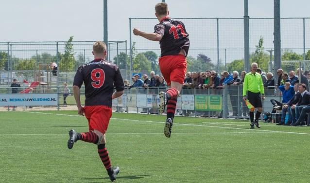 Koen Lighaam viert zijn feestje na de 0-1, Justin Beemsterboer viert mee. (foto: Guillaume Kortekaas)
