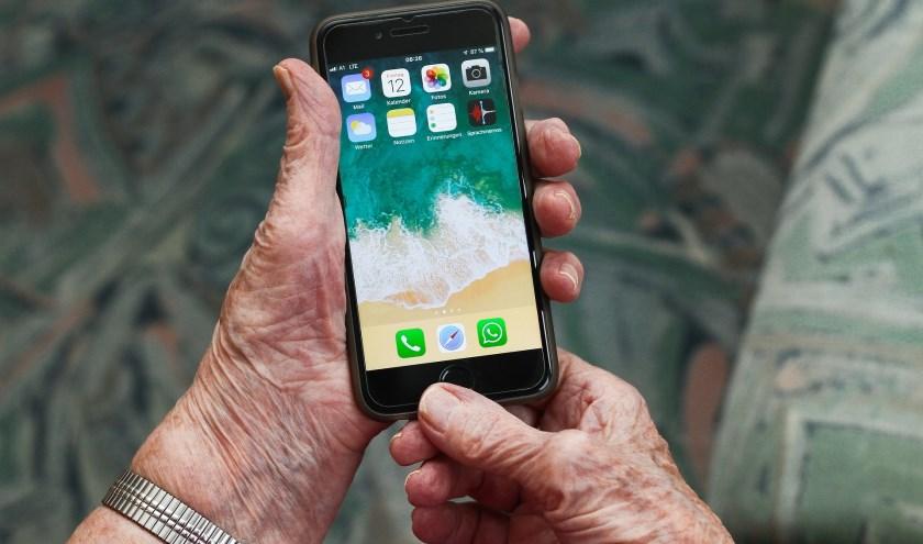Volgens Seniorweb maken negen op de tien ouderen gebruik van de smartphone om foto's te maken. Foto: Pixabay / Madagas