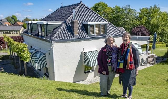 Stella Speksnijder en Corie Grotendorst voor één van de huizen in het buurtschap Lageweg-IJsseldijk noord.