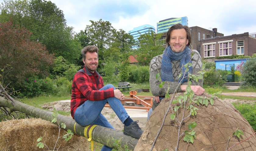 Initiatiefnemers Willem Jakobs en Daan van Geijlswijk bij De Ontaarde Boom vóór optuiging in het Coehoornpark
