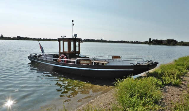 Pontje de Zeldenrust vervoert de wandelaars over de Maas.