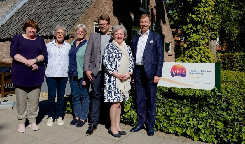 Burgemeester Gert-Jan Kats samen met raadslid Jan Breur op bezoek bij Hospice Berkenstein. (Foto: John Niessen)