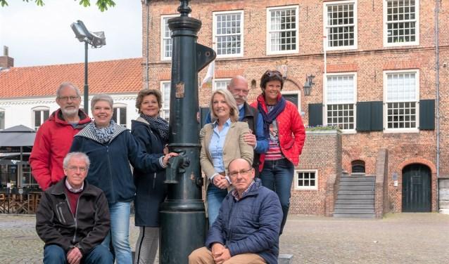 De Oirschotse gidsen, samen met Karien Hoeks van Visit Oirschot zijn klaar voor het nieuwe seizoen. (Foto: Martin van Wulfen)