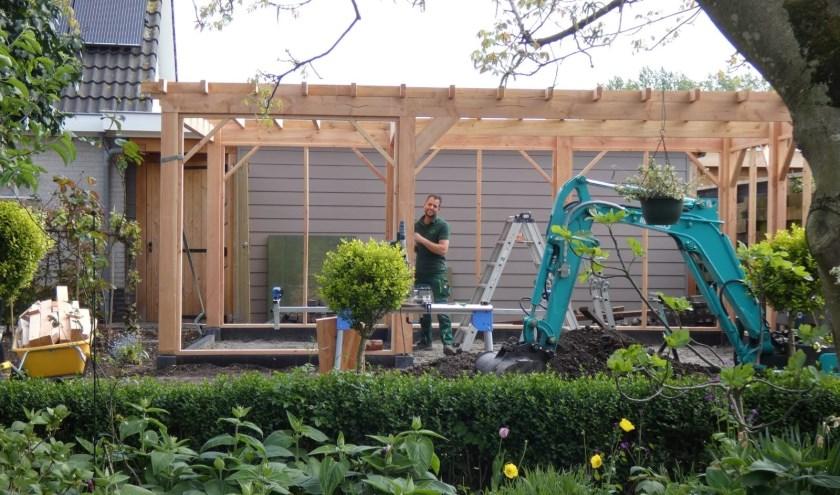 Roland Leeuwheeft zijn hoveniersbedrijf The Green Lion zelfstandig opgebouwd. (Foto: H. Zomerdijk)