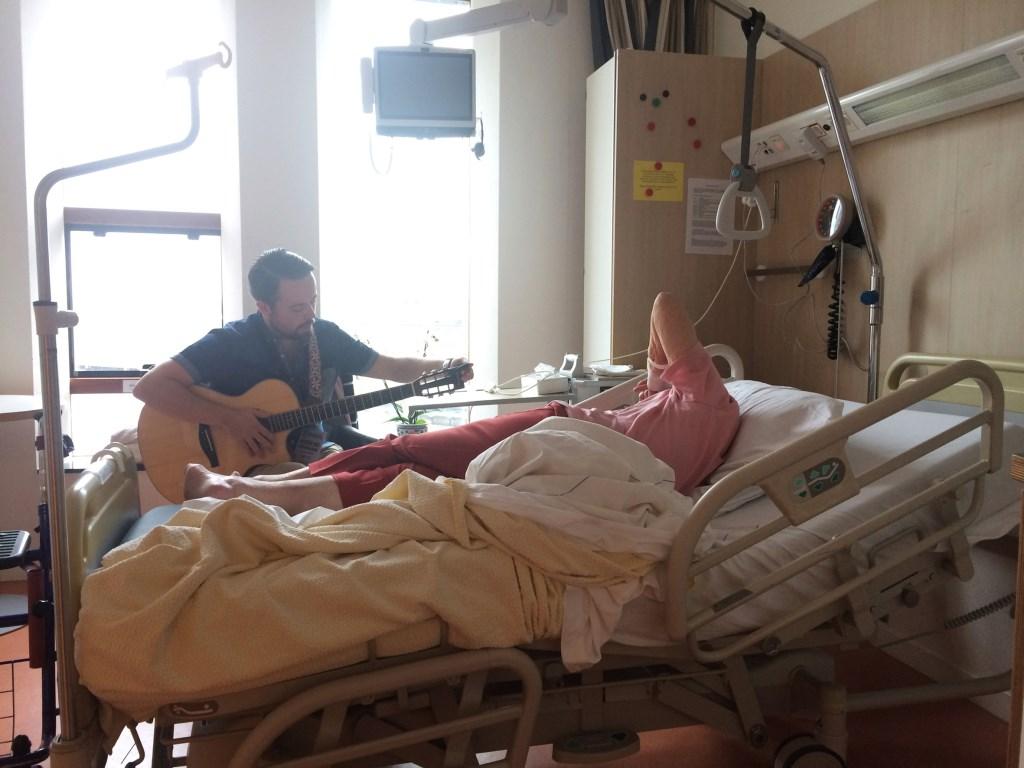 Collin Hoeve aan het bed van een oudere patiënt in het Deventer Ziekenhuis. Foto: Peter Kortleve © Persgroep